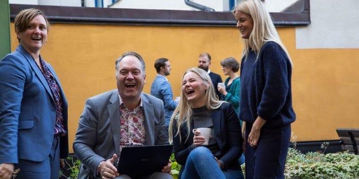 Gustaf Hammarlöf och Kathrine Hogseth med kollegorna på CRM-Konsulterna