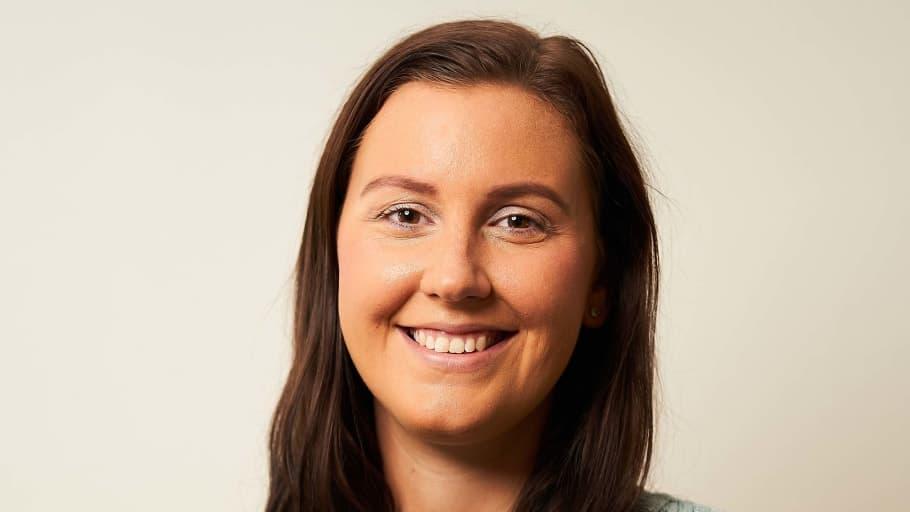 """Emma Lindblom börjar som ny säljare på Infometric: """"Jag är taggad på att lära mig mer om energilösningar och hur vi hjälpa våra kunder att bli mer hållbara och samtidigt spara pengar"""", säger hon."""